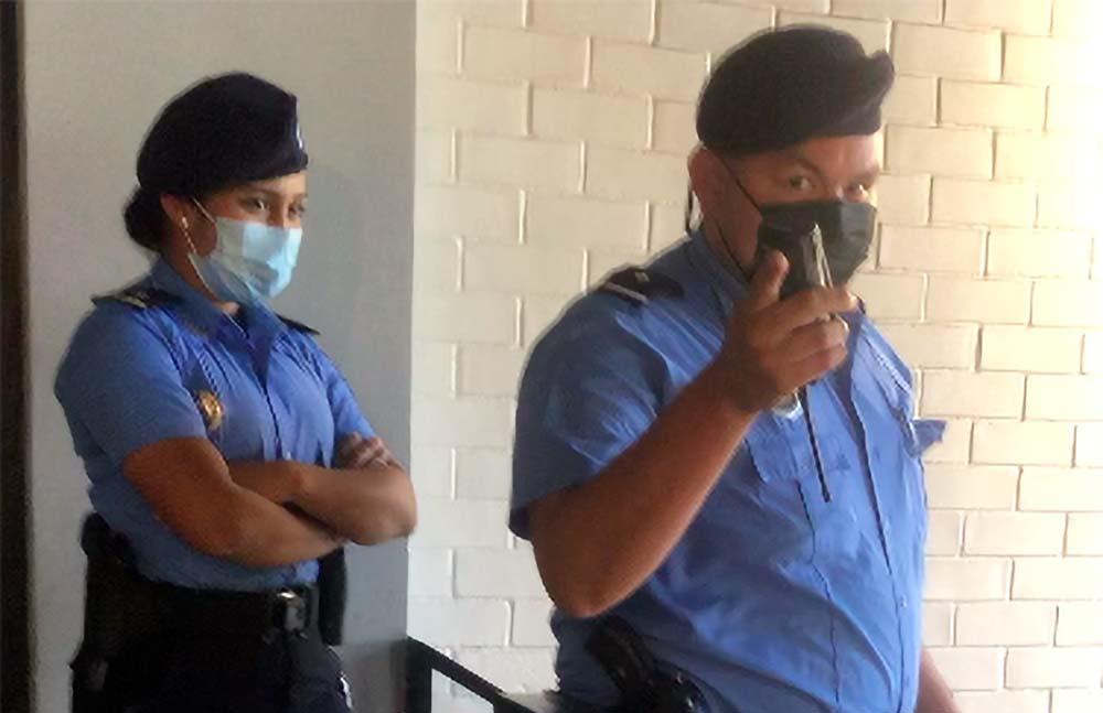 Policia en Casa del Cafe